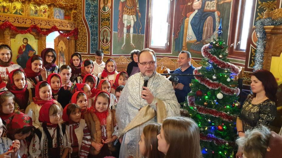 Copii vestind Nașterea Domnului la biserica spitalului